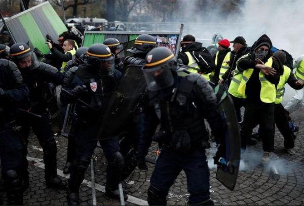 A media jornada, la policía había detenido a 227 personas en París y había practicado más 20.500 controles preventivos. FOTO: ESPECIAL