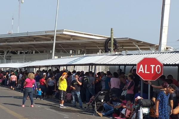 Por su parte, los migrantes que buscaron su tarjeta humanitaria, se desesperaron y comenzaron su camino hacia EU. Foto: Especial