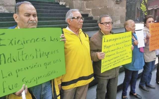 PENSIÓN. Protestaron afuera del Congreso. Foto: Especial
