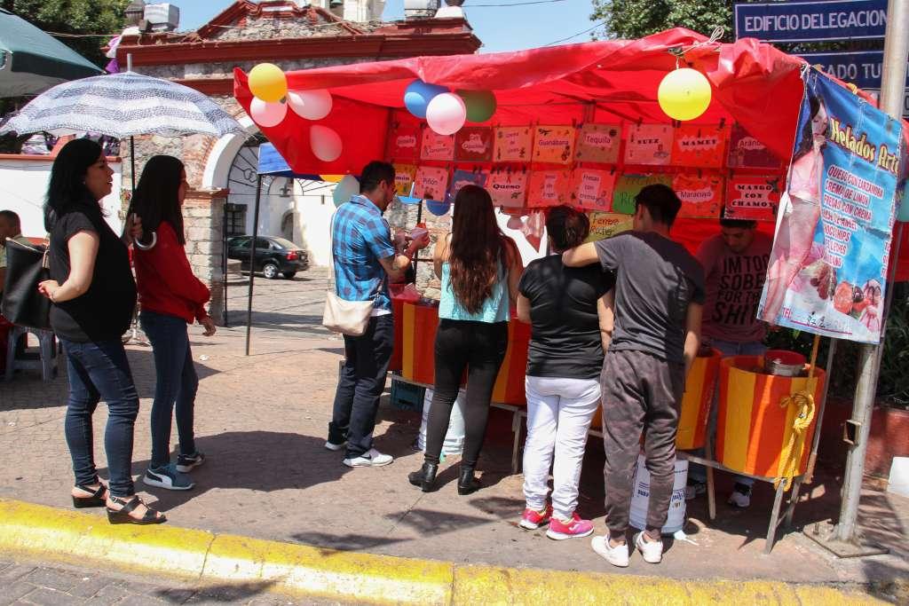 Debido al calor en la CDMx personas compran helados para refrescarse
