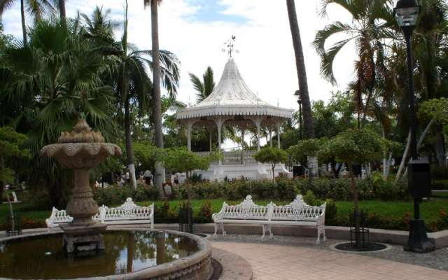 Entre los lugares a visitar en este Pueblo Blanco, destacan: El jardín Principal, rodeado de sus bellos portales, donde encontramos los típicos botaneros y la Parroquia San Miguel del Espíritu Santo