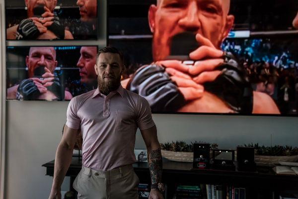 McGregor está acusado de haberle arrebatado a un fanático su teléfono celular. Foto de Twitter @TheNotoriousMMA
