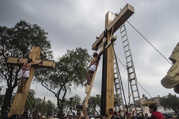La cruz es elaborada por el carpintero Ángel Juárez. FOTO: CUARTOSCURO