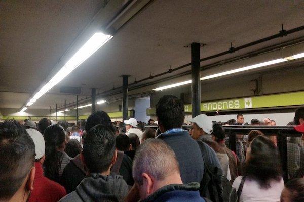 La línea 3 registra abundante carga de usuarios. Foto: Twitter