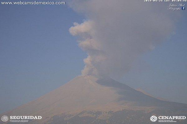 El volcán emitió un poco de ceniza, la cual se dispersó hacia el este. Foto: @CNPC_MX