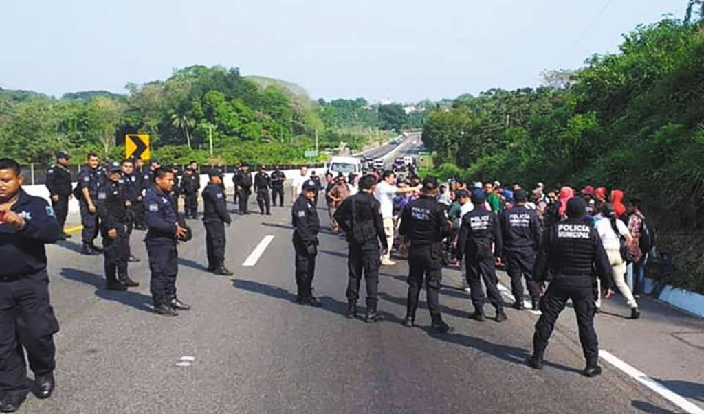 CERCO. Con apoyo de policías, los migrantes son acorralados y detenidos. Foto: Especial