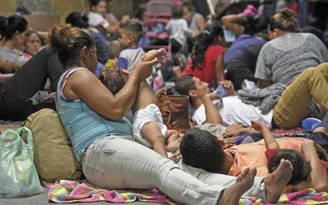 Personas de Honduras esperan en San Pedro Sula, para partir. FOTO: ESPECIAL