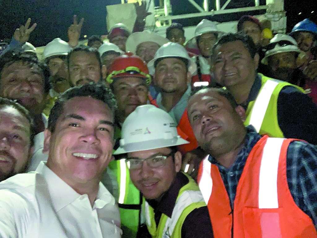 El mandatario Alejandro Moreno celebró con el personal que construye el puente La Unión, este viernes. FOTO:ESPECIAL