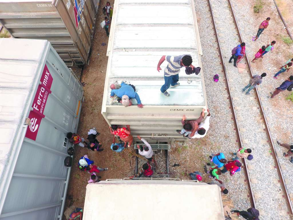 00 extranjeros suben al tren; es la primera vez que lo usan luego de mutar en octubre su forma de migrar, ahora en caravanas. Foto: JOSÉ LUIS LÓPEZ