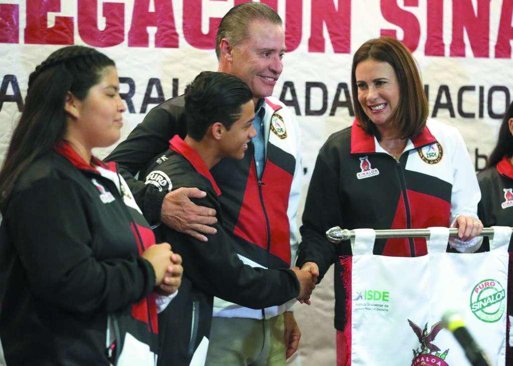 MOTIVACIÓN. Al abanderar a los atletas, el gobernador los instó a lograr mentalidad triunfadora. Foto: Especial