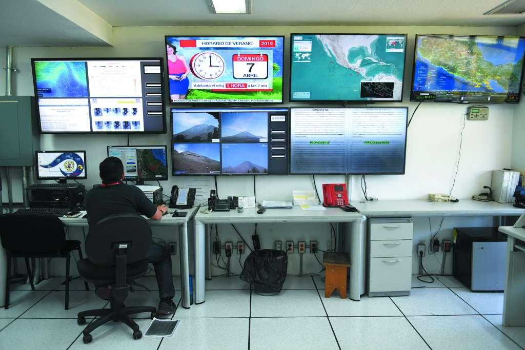 En la mesa de monitoreo del volcán hay un teléfono rojo, para una emergencia mayor. Hasta ahora, nadie lo ha utilizado.FOTO: VÍCTOR GAHBLER
