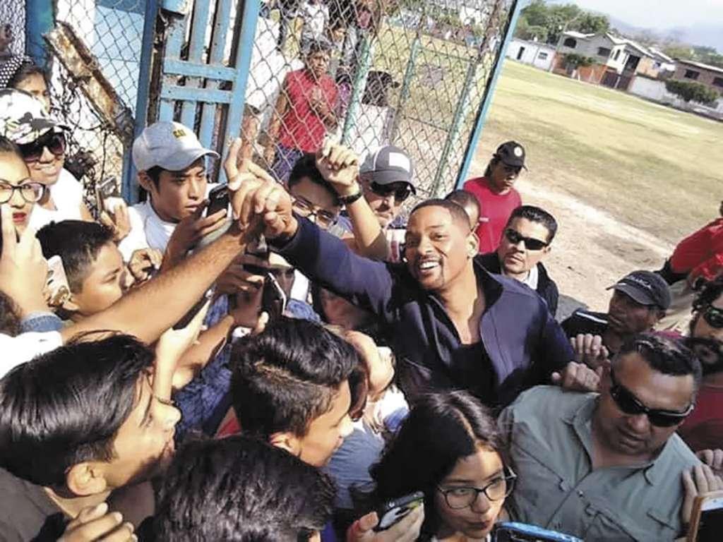 PAPARAZZI. Las redes sociales fueron invadidas por imágenes y videos de fans que pudieron vivir el momento. Foto: Especial