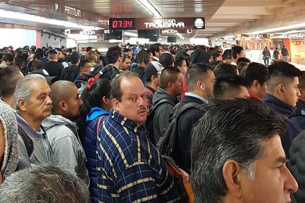 Usuarios reportan grandes concentraciones de personas en la estación Pantitlán. Foto: Twitter