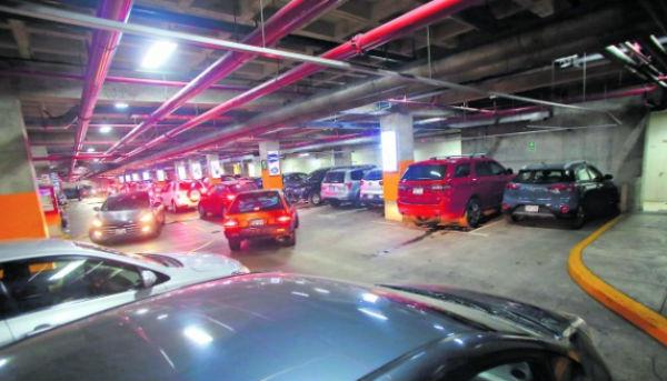 La reforma acabaría con el cobro en los estacionamientos de los centros comerciales. FOTO: ESPECIAL