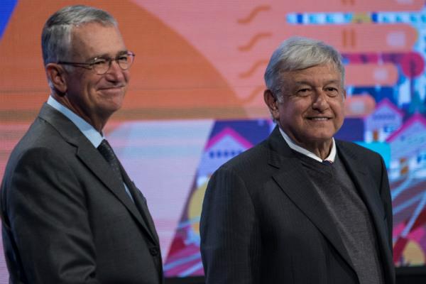 """Andrés Manuel López Obrador, presidente electo de México, encabezó junto con Ricardo Salinas Pliego, presidente de Grupo Salinas, la firma de un acuerdo para trabajar conjuntamente en el programa """"Jovenes Construyendo el Futuro""""."""