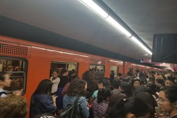 Reportan usuarios retrasos y alta concentración de pasajeros en las estaciones de la línea 1. Foto: @CeliaHueto