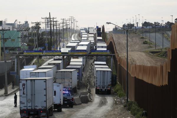 De los 10 canales para el paso de mercancía a Estados Unidos por la frontera de Tijuana, solo hay dos habilitados