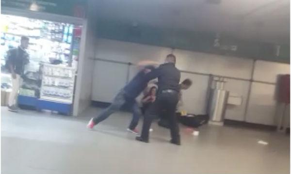 vendedor golpea a policía auxiliar