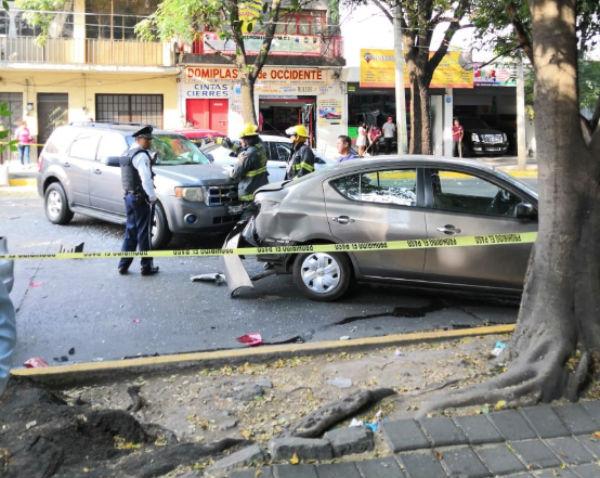 Esta tarde un automovilista impactó la unidad en la que viajaba con varios vehículos que se encontraban estacionados. FOTO: ESPECIAL
