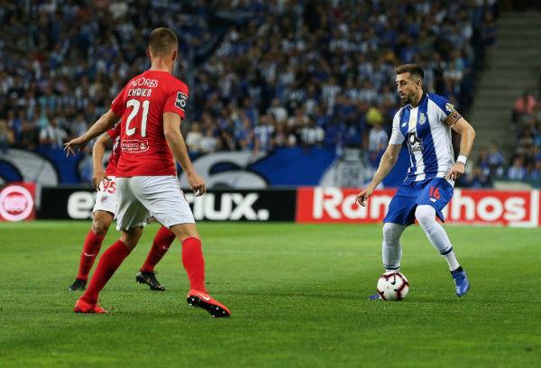 Héctor Herrera tuvo un buen encuentro con su equipo en el duelo ante el Santa Clara. FOTO: @FCPorto