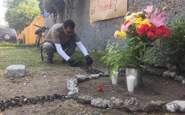 Compañeros colocaron flores y un par de veladoras para recordar a la alumna. Foto: Pablo Salazar