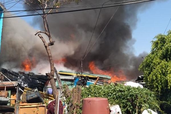 El fuego consumió una casa donde almacenaban materiales de desperdicio. Foto: @MrElDiablo8