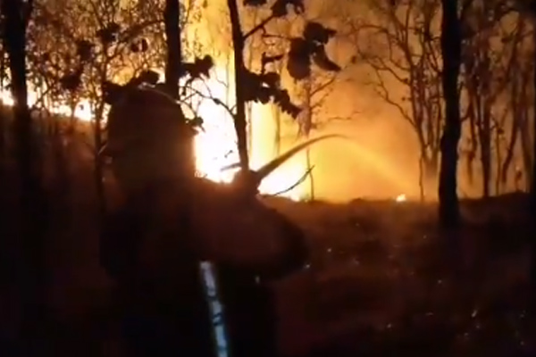 Continúan los trabajos para controlar las llamas. FOTO: ESPECIAL