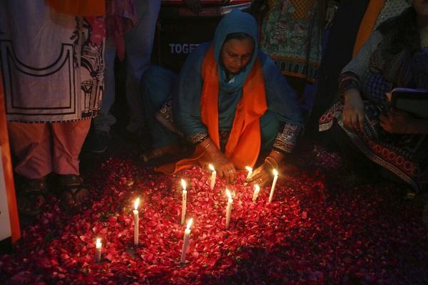 LUTO. Una mujer pakistaní enciende velas durante una vigilia de víctimas de explosiones de bombas en iglesias y hoteles.  Foto: AP