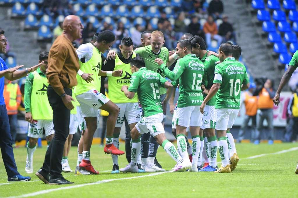 COMUNIÓN. Los jugadores esmeraldas celebraron así con Ángel Mena (13). Foto: MEXSPORT