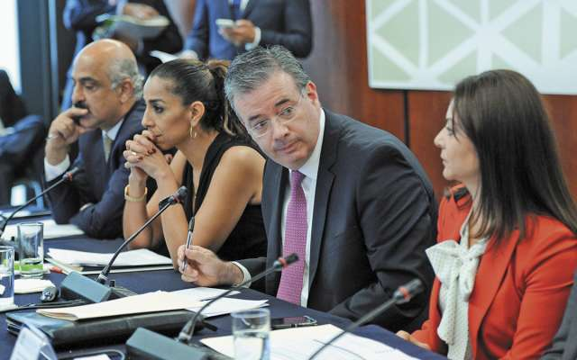 Alejandro Díaz de León, gobernador del Banxico, compareció ayer con senadores. FOTO: ESPECIAL