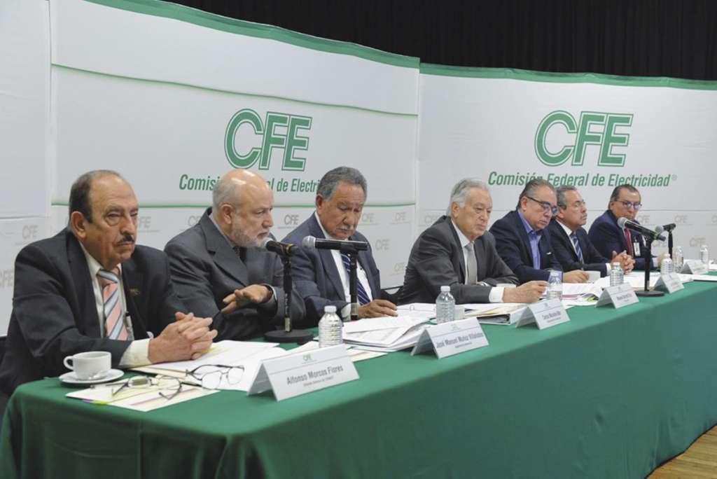 Manuel Bartlett, titular de la CFE (der.), dijo que el suministro está garantizado. FOTO: ESPECIAL