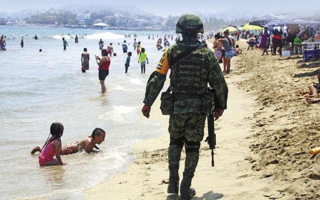 Elementos del Ejército patrullan las playas para dar seguridad a los paseantes. FOTO: ESPECIAL