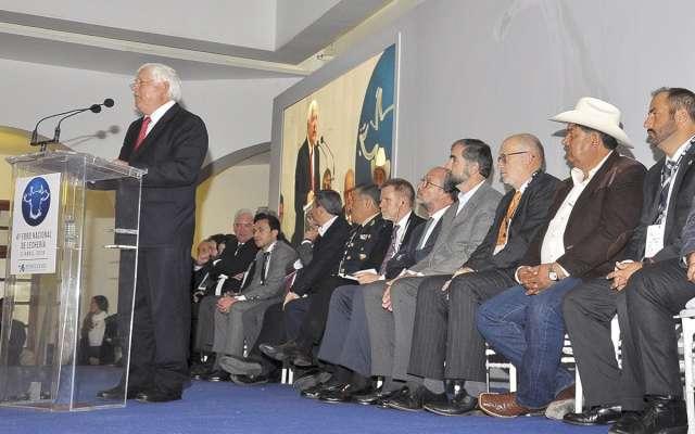 Víctor Manuel Villalobos, titular de la Sader, en el cuarto Foro Nacional de Lechería.FOTO: NOTIMEX
