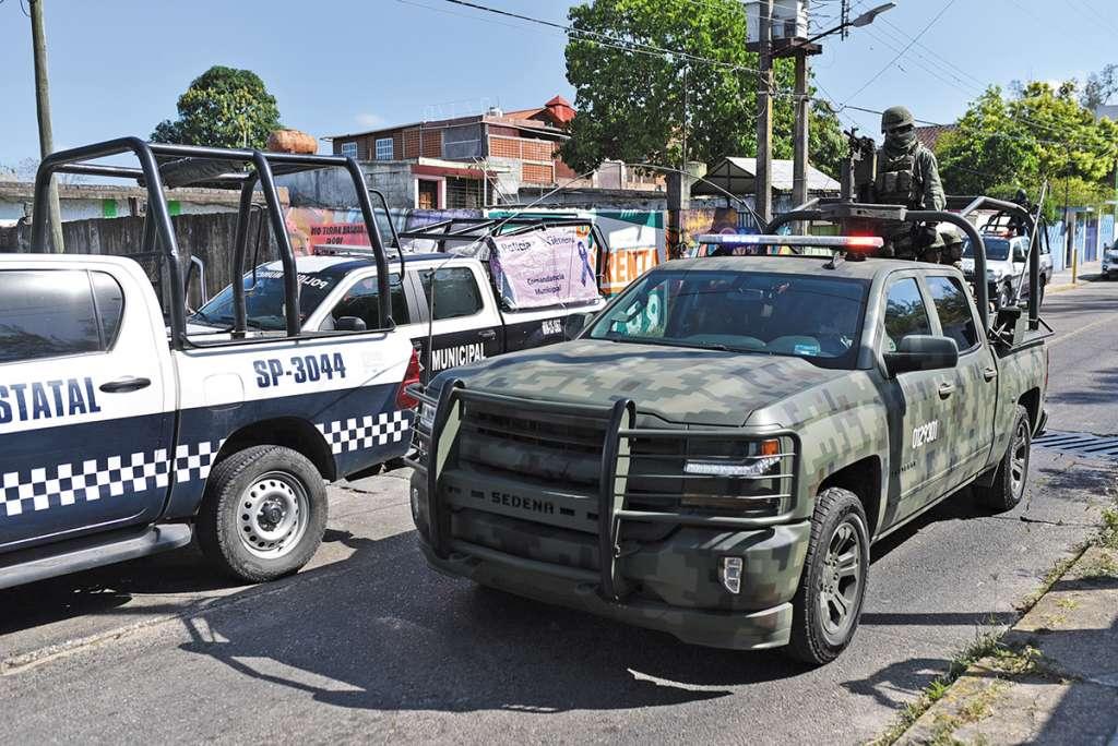 Personal militar y de la Policía Estatal recorren las calles de Minatitlán en busca de los responsables del multihomicidio.FOTO: ESPECIAL