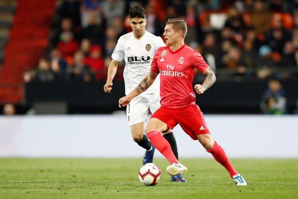 El gol espoleó al Valencia que le perdió el respeto al Real Madrid y en los diez últimos minutos zarandeó a los de Zidane con un juego rápido, buenas llegadas de la segunda línea e hizo méritos para haber ampliado su renta antes de llegar al descanso