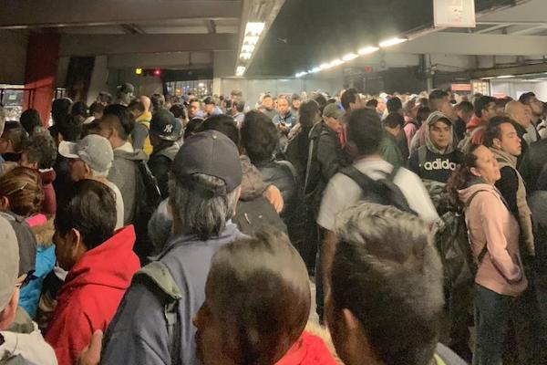 Usuarios reportan retrasos en la llegada de trenes. Foto: @jadrianoa
