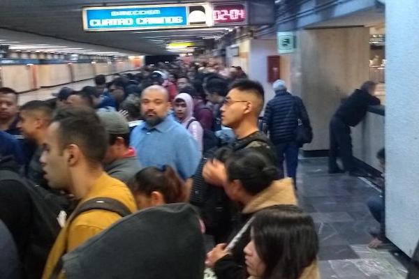 Usuarios señalan retrasos en la línea 1, que va de Cuatro Caminos a Taxqueña. Foto: Twitter