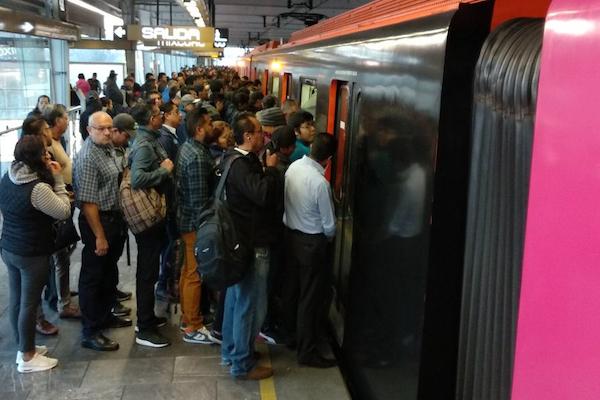Usuarios de la línea 12 reportan en redes retrasos y altos tiempos de espera para abordar. Foto: Twitter