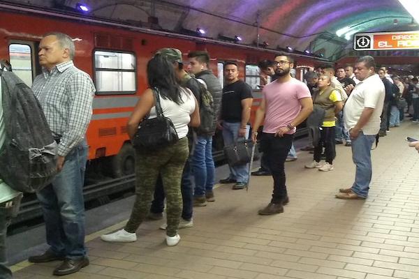 La Línea 7 es una de las que mayor carga de usuarios registra esta mañana. Foto: Twitter