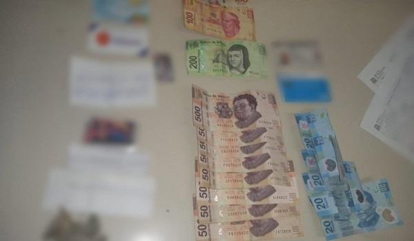 La SSC de la CDMX publicó una fotografía en la que se observan billetes de 500 pesos, 200 y 100, además de tarjetas de débito, identificaciones y otros objetos. Foto: Especial