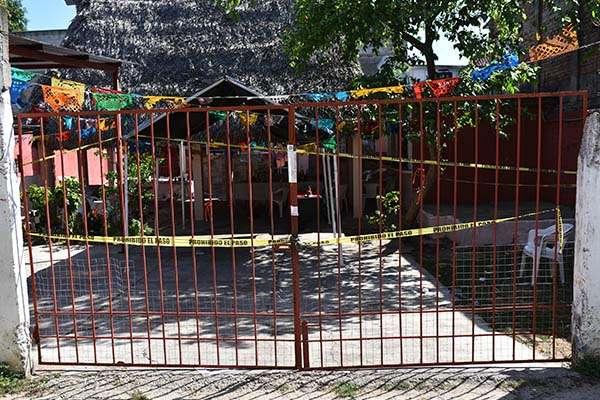 Policías estatales y elementos del ejército resguardan el lugar donde fueron asesinadas ayer 13 personas  en el lugar