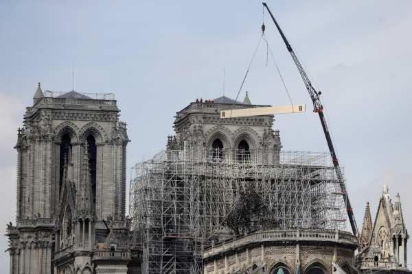 Al parecer, el incendio se derivó de trabajos de mantenimiento en la catedral. Foto: AFP