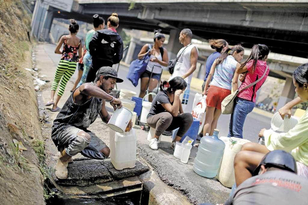 LÍMITE. Venezolanos sufrieron escasez de agua a causa de los apagones que azotaron en marzo. Foto: AP
