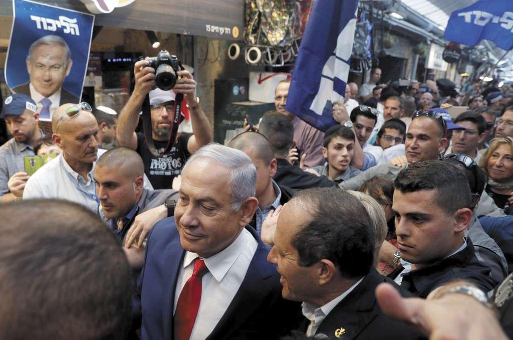 CIERRE. Netanyahu camina junto al candidato del partido Likud, Nir Barkat. Foto: AFP