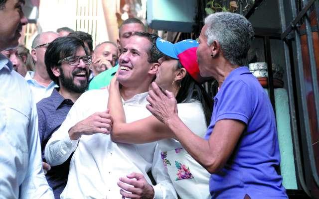 Juan Guaidó se reunió ayer con habitantes en el barrio de Petare, en Caracas.FOTO:ESPECIAL