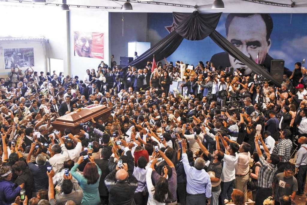 Seguidores acompañaron a Alan García, antes de la cremación de sus restos.FOTO: ESPECIAL