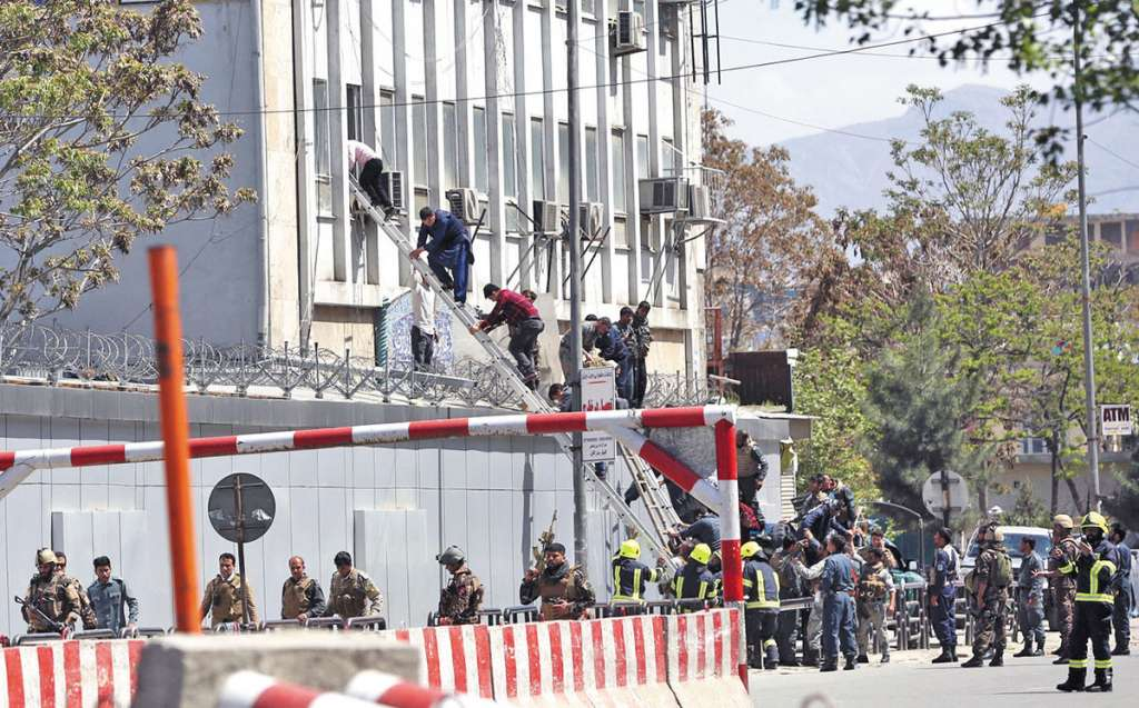 Efectivos de seguridad sacaron a civiles por las ventanas del Ministerio de Información y Cultura.FOTO: AFP