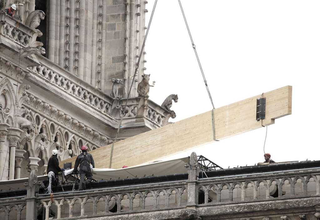 PROTECCIÓN. Trabajadores cubren la catedral para evitar que las obras de arte se dañen. Foto: REUTERS