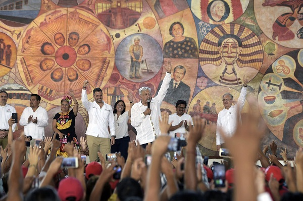 El presidente fue a Matías Romero a supervisar el proyecto del Tren Transístmico y aseguró que cumplirá su compromiso de cancelar la Reforma Educativa. Foto: Cuartoscuro