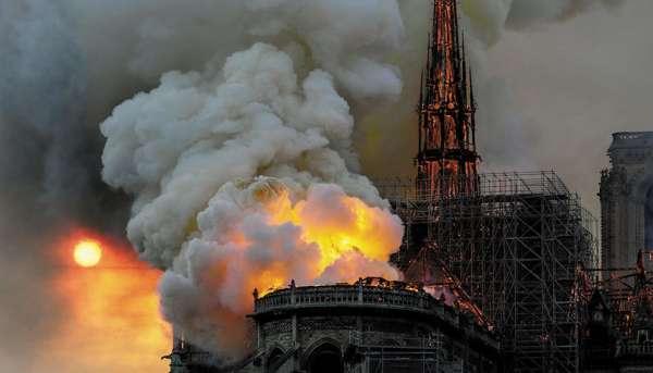Las llamas y humo amarillo (que podría ser por el sulfato de la pintura) se propagaron rápidamente. FOTO: ESPECIAL